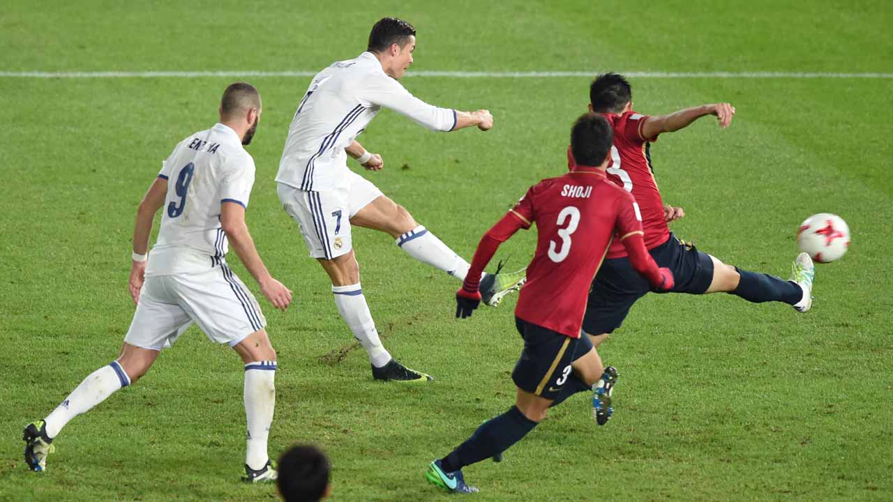 Real Madrid forward Cristiano Ronaldo (2nd L) shoots to score during extra-time of the Club World Cup football final match between Kashima Antlers of Japan and Real Madrid of Spain at Yokohama International stadium in Yokohama on December 18, 2016. PHOTO: Toru YAMANAKA / AFP