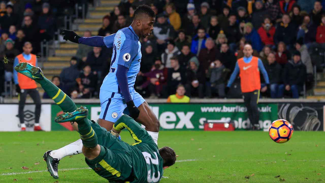 Manchester City's Nigerian striker Kelechi Iheanacho (top) scores their second goal past Hull City's Scottish goalkeeper David Marshall (floor) during the English Premier League football match between Hull City and Manchester City at the KCOM Stadium in Kingston upon Hull, north east England on December 26, 2016. PHOTO: Lindsey PARNABY / AFP