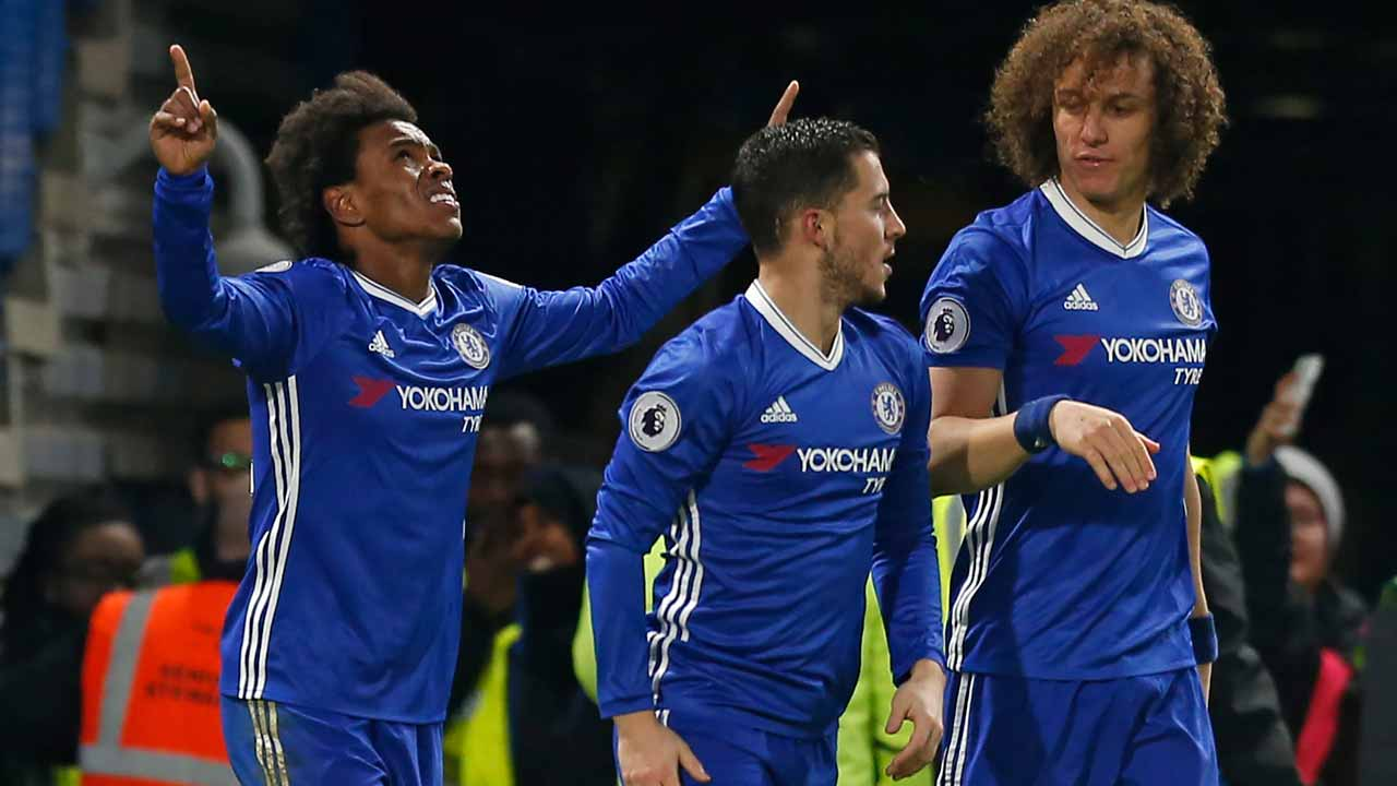 Chelsea's Brazilian midfielder Willian (L) celebrates with teammates after scoring their second goal during the English Premier League football match between Chelsea and Stoke City at Stamford Bridge in London on December 31, 2016. PHOTO: Ian KINGTON / AFP