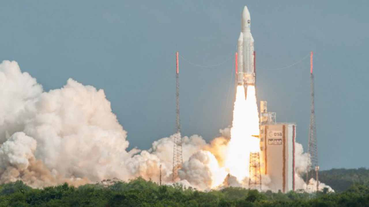 The Ariane 5 rocket with a payload of four Galileo satellites blasts off from the ESA's Spaceport in Kourou, French Guiana, on November 17, 2016 (AFP Photo/S. Martin)