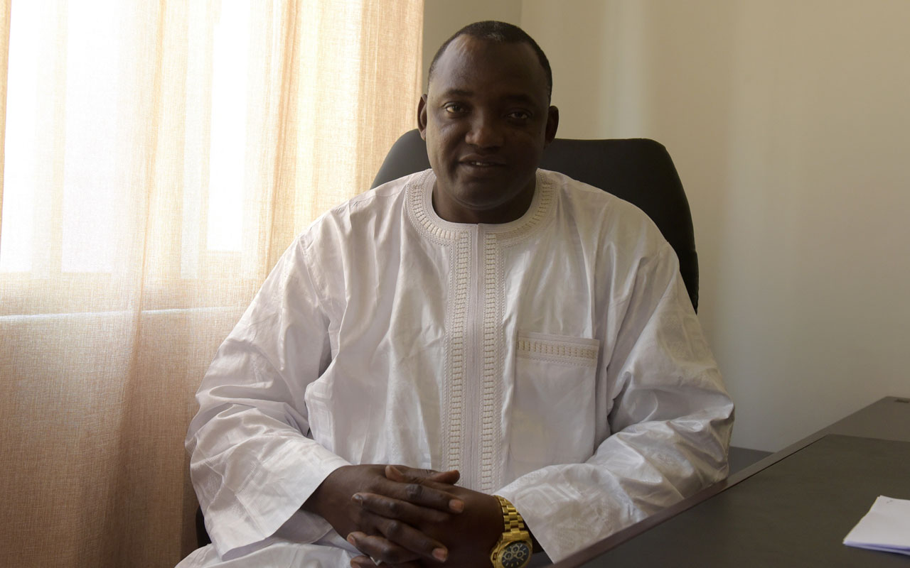 Gambia's President-elect Adama Barrow poses in his office in Serekunda, on December 11, 2016.  Gambia's incumbent head of state Yahya Jammeh will contest in court the election victory handed to opposition candidate Adama Barrow, his party has said. Barrow on Saturday called on Jammeh to drop his challenge, while the UN, US and other foreign authorities lambasted Jammeh and urged Gambians to keep the peace.  / AFP PHOTO / SEYLLOU