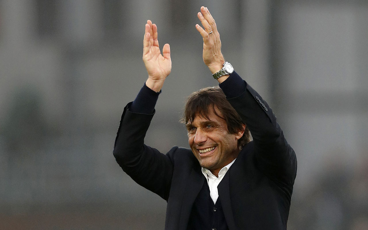 Chelsea's Italian head coach Antonio Conte / AFP PHOTO / Adrian DENNIS /