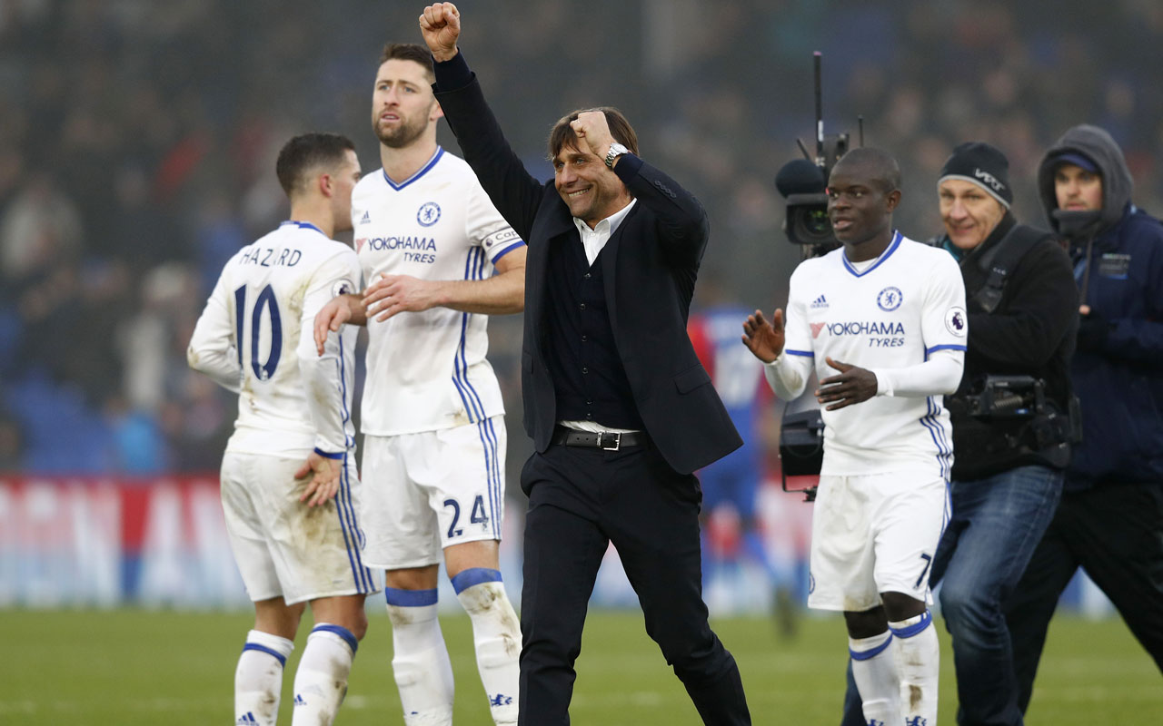 Chelsea's Italian head coach Antonio Conte (C) applauds the fans following the English Premier League football match between Crystal Palace and Chelsea at Selhurst Park in south London on December 17, 2016. Cheslea won the match 1-0. / AFP PHOTO / Adrian DENNIS /