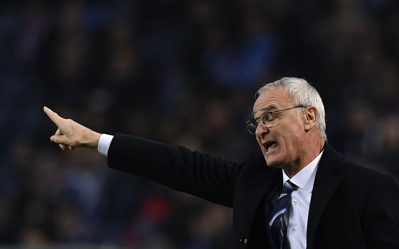 Leicester City's Italian coach Claudio Ranieri gestures from the sideline during the UEFA Champions League football match FC Porto vs Leicester City FC at the Dragao stadium in Porto on December 7, 2016. / AFP PHOTO / FRANCISCO LEONG