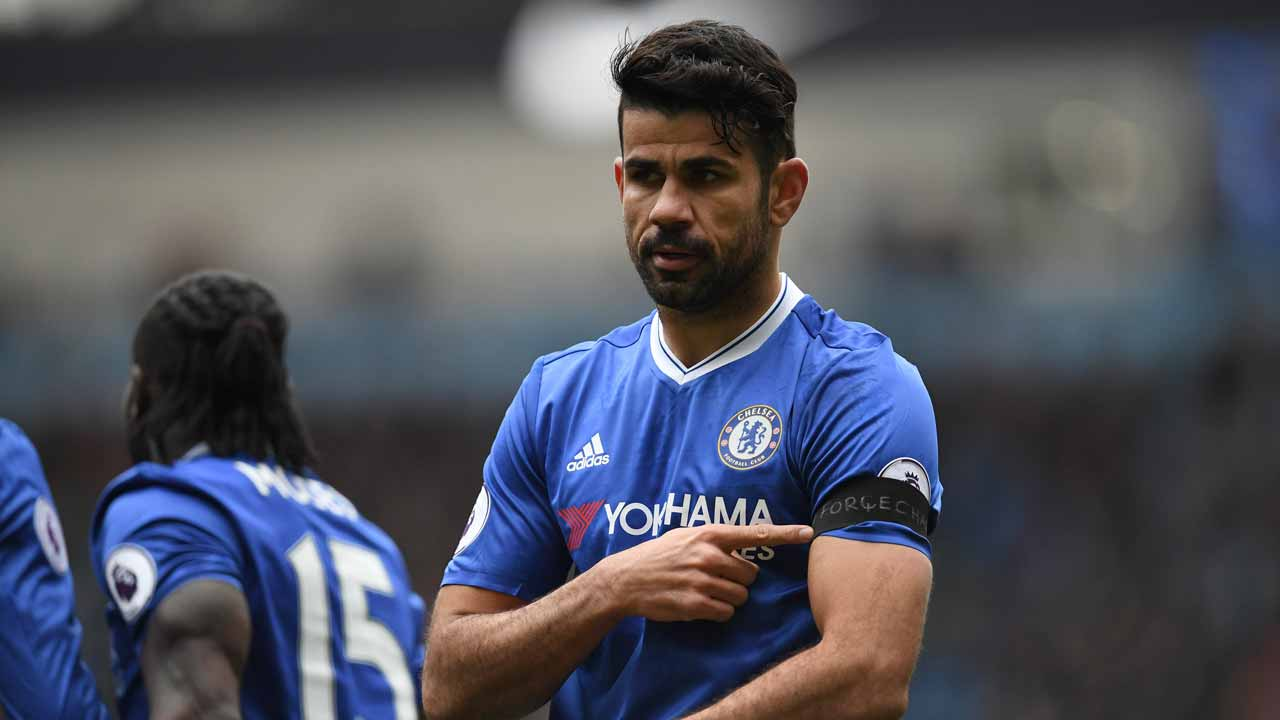 Chelsea's Brazilian-born Spanish striker Diego Costa poiunts tho his black armband as he celebrates scoring his team's first goal during the English Premier League football match between Manchester City and Chelsea at the Etihad Stadium in Manchester, north west England, on December 3, 2016. Paul ELLIS / AFP