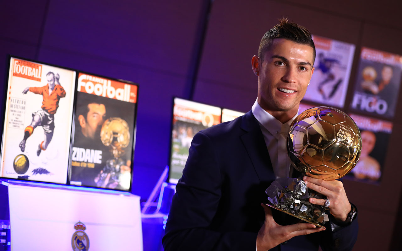 Handout photo released on December 12, 2016 by L'Equipe shows Portugese player Cristiano Ronaldo posing with the Ballon d'Or France Football trophy in Madrid. Cristiano Ronaldo was named winner of the Ballon d'Or on December 12, 2016 for the fourth time, organisers France Football said, capping a terrific year for the Real Madrid star. / AFP PHOTO / L'EQUIPE / FRANCK SEGUIN /
