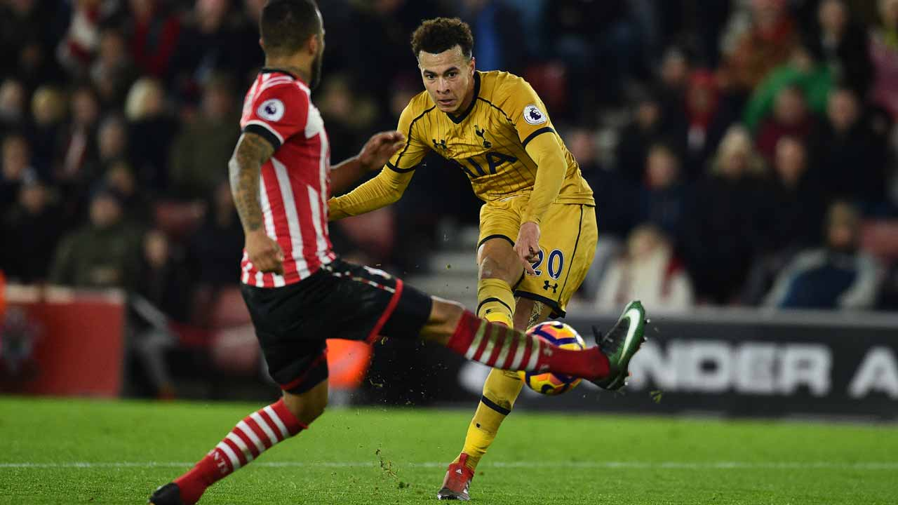 Tottenham Hotspur's English midfielder Dele Alli (R) scores their fourth goal during the English Premier League football match between Southampton and Tottenham Hotspur at St Mary's Stadium in Southampton, southern England on December 28, 2016.  Glyn KIRK / AFP