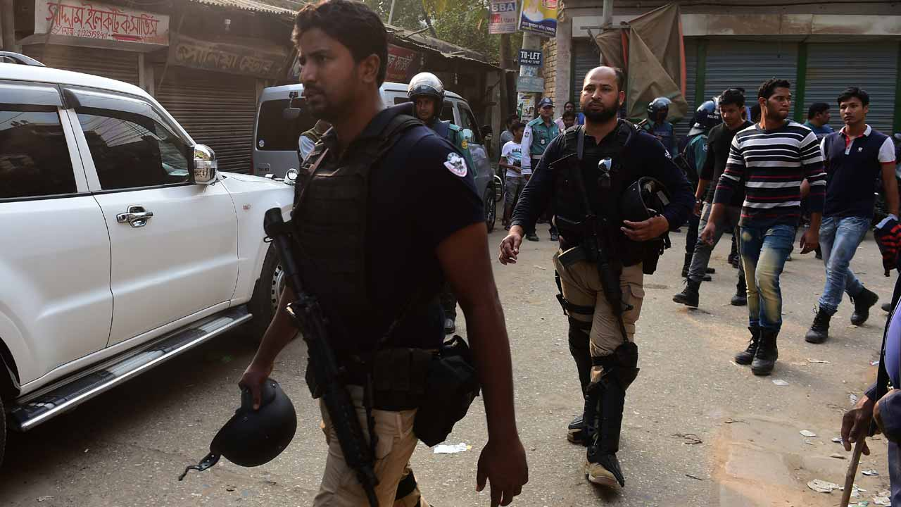 Members of the Bangladeshi Special Weapons And Tactics (SWAT) gather at the site of an operation to flush out suspected Islamist extremists in a hideout in Dhaka on December 24, 2016. A team from the counterterrorism unit of the Dhaka Police cordoned off a three-storey building in the capital during the search operation. MUNIR UZ ZAMAN / AFP