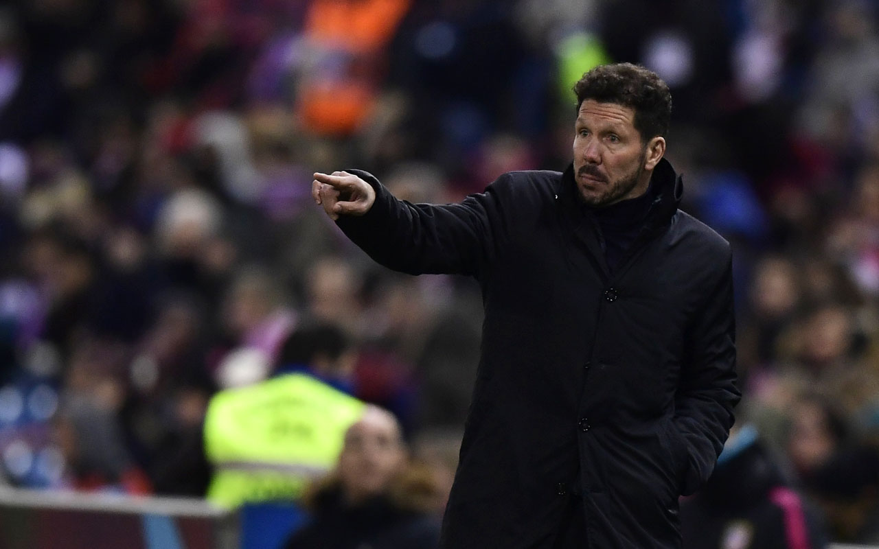Atletico Madrid's Argentinian coach Diego Simeone gestures during the Spanish Copa del Rey (King's Cup) round of 32 second leg football match Club Atletico de Madrid vs CD Guijuelo at the Vicente Calderon stadium in Madrid on December 20, 2016. / AFP PHOTO / JAVIER SORIANO