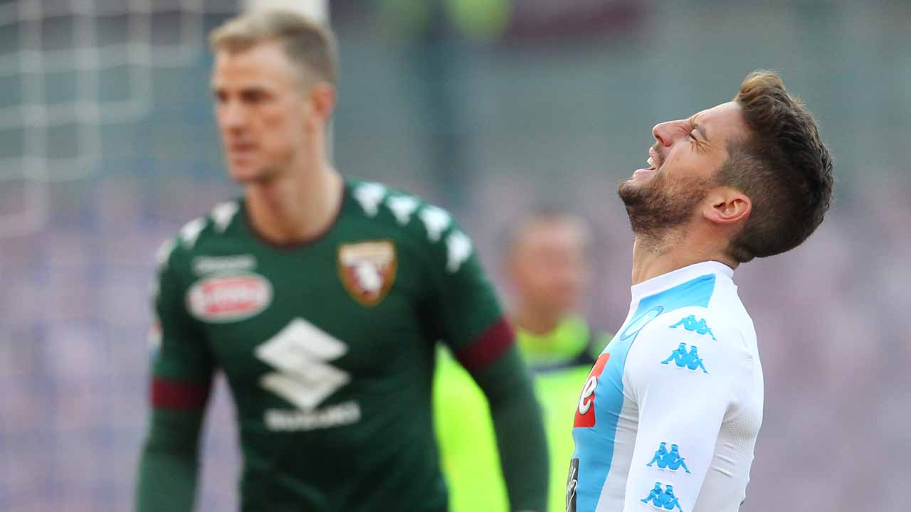 Napoli's forward from Belgium Dries Mertens reacts near Torino's goalkeeper from England Joe Hart during the Italian Serie A football match SSC Napoli vs Torino FC on December 18, 2016 at the San Paolo Stadium in Naples.  CARLO HERMANN / AFP