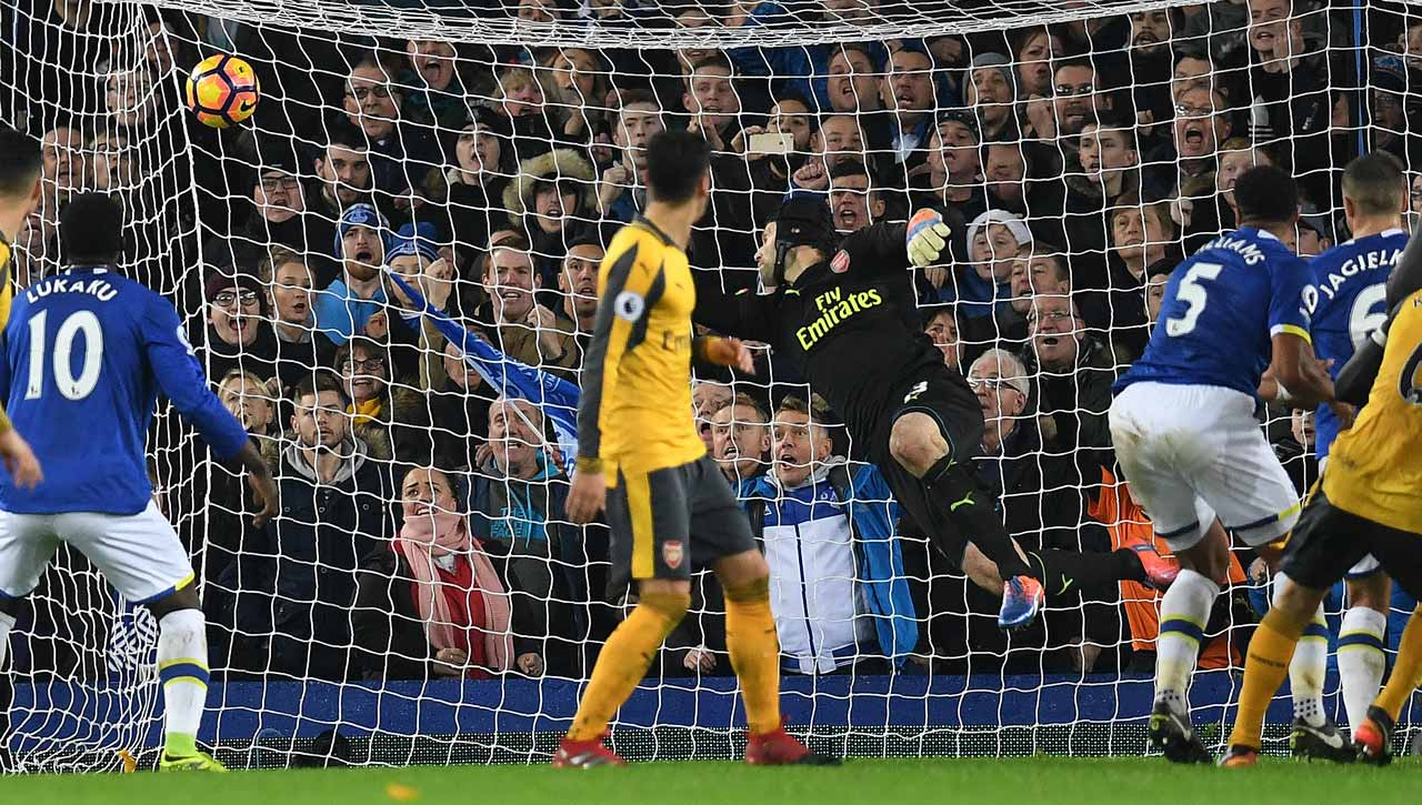 Everton's English-born Welsh defender Ashley Williams (2R) scores his team's second goal past Arsenal's Czech goalkeeper Petr Cech during the English Premier League football match between Everton and Arsenal at Goodison Park in Liverpool, north west England on December 13, 2016. Everton won the match 2-1. Paul ELLIS / AFP
