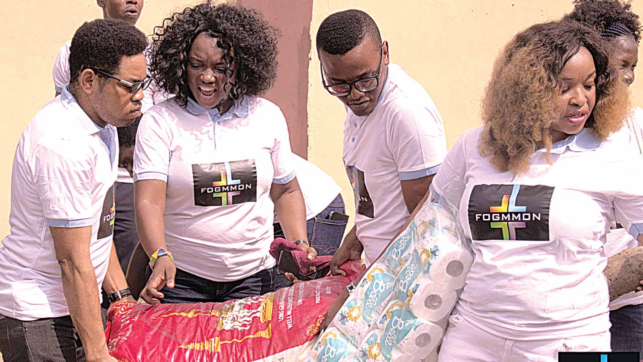 Artistes with gifts for inmates
