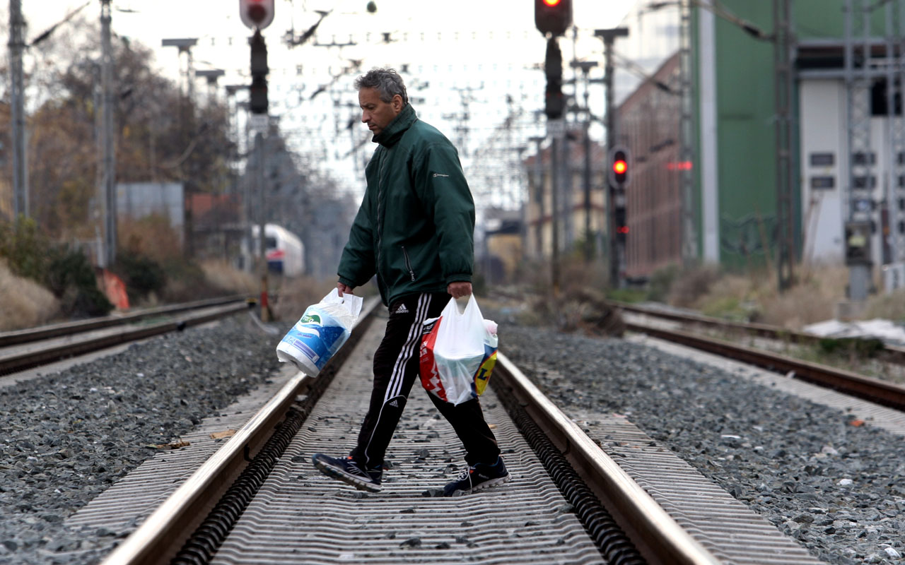 A man crosses railway tracks during a 24-hour general strike in Thessaloniki on December 8, 2016. Greece's leading unions launched on December 8, 2016 a general strike that shut down several key sectors in protest over planned new pay cuts and taxes called for by international creditors. Civil servants, bank staff, merchant seamen, railway workers and state-employed doctors were among professionals taking part in the 24-hour stoppage against the measures, which are scheduled to be approved by lawmakers at the weekend. / AFP PHOTO / SAKIS MITROLIDIS