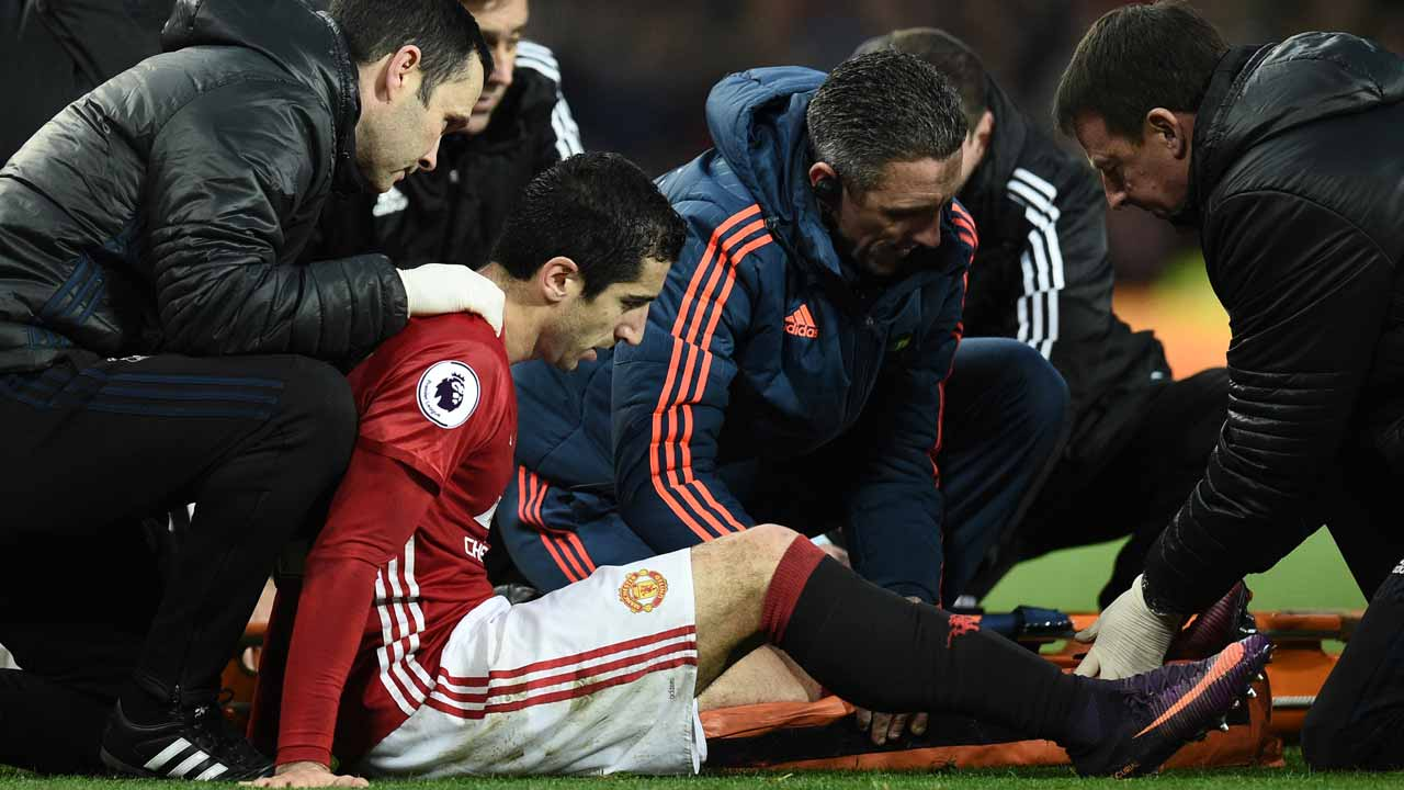 Manchester United's Armenian midfielder Henrikh Mkhitaryan receives medical attention after picking up an injury during the English Premier League football match between Manchester United and Tottenham Hotspur at Old Trafford in Manchester, north west England, on December 11, 2016. Oli SCARFF / AFP