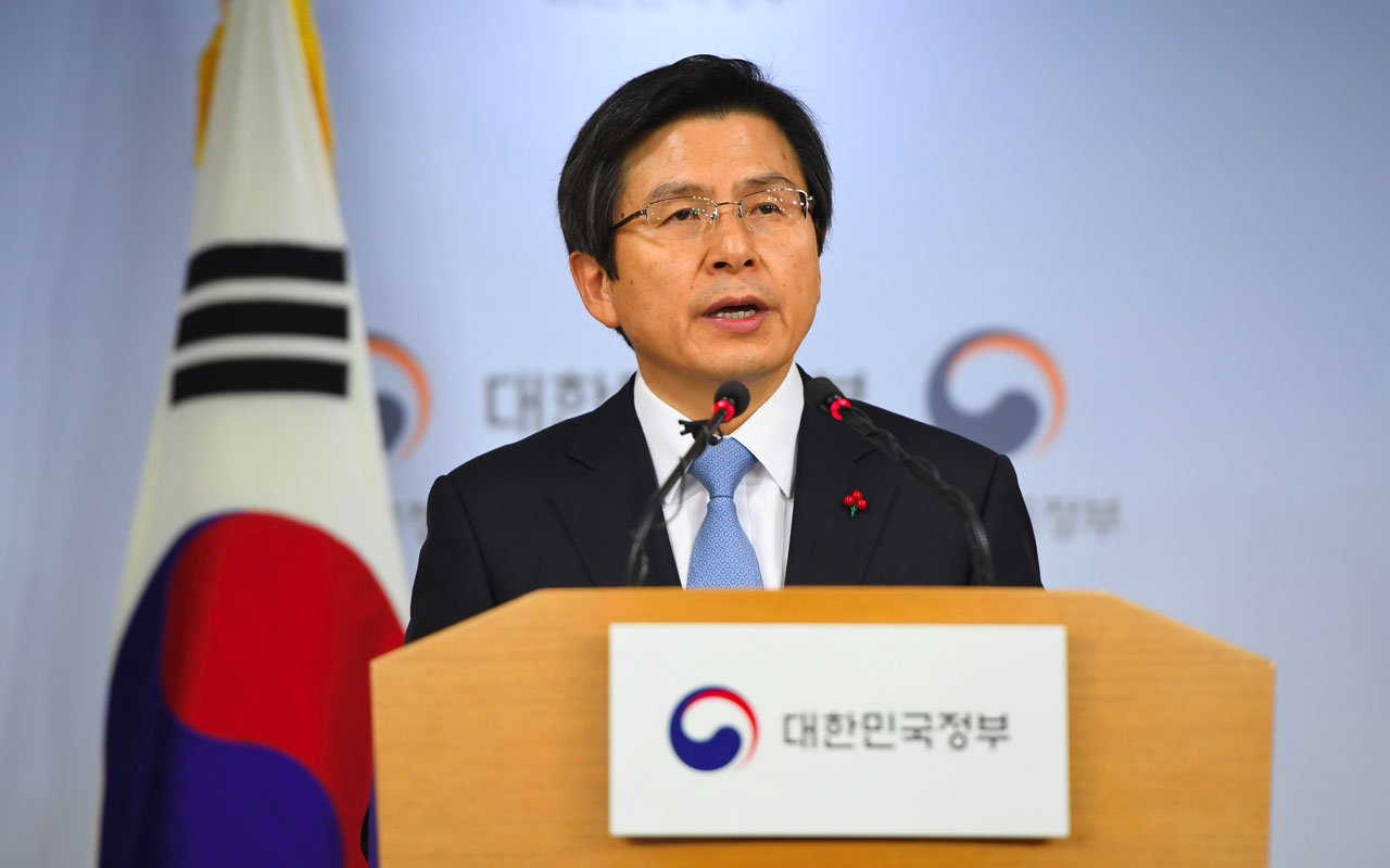 South Korea's Prime Minister and acting President Hwang Kyo-Ahn delivers a public address at the government complex in Seoul on December 9, 2016 after parliament passed a motion of impeachment. South Korean lawmakers on December 9, voted to impeach President Park Geun-Hye, stripping away her sweeping executive powers over a corruption scandal and opening a new period of national uncertainty. / AFP PHOTO / JUNG Yeon-Je