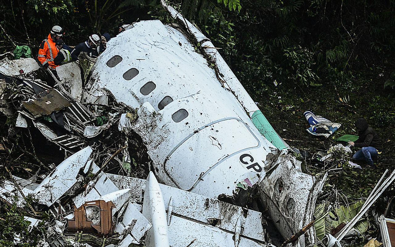 Rescue teams work in the recovery of the bodies of victims of the LAMIA airlines charter that crashed in the mountains of Cerro Gordo, municipality of La Union, Colombia, on November 29, 2016 carrying members of the Brazilian football team Chapecoense Real. A charter plane carrying the Brazilian football team crashed in the mountains in Colombia late Monday, killing as many as 75 people, officials said. / AFP PHOTO / STR / RAUL ARBOLEDA