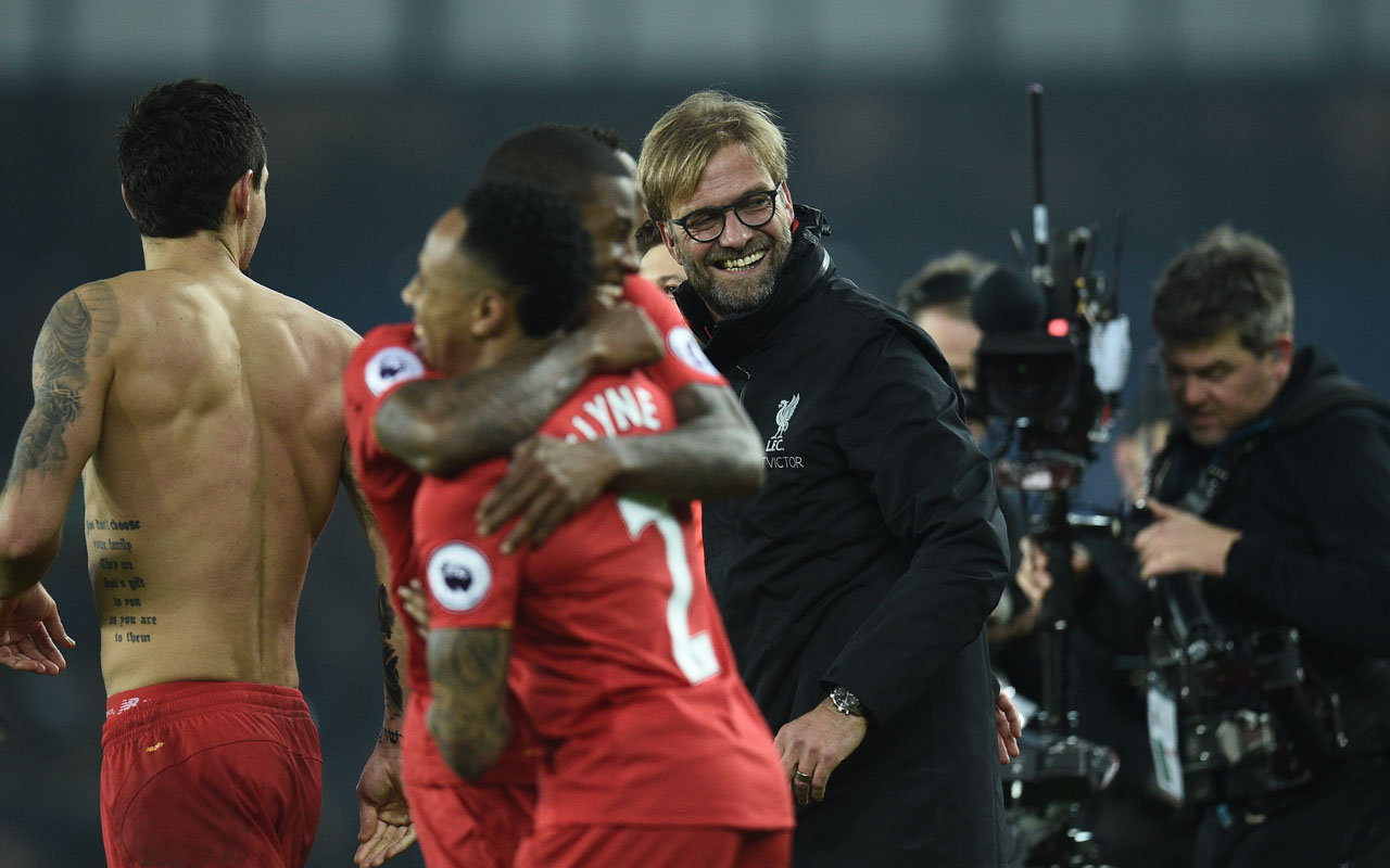 Liverpool's German manager Jurgen Klopp (C) congratulates his players following the English Premier League football match between Everton and Liverpool at Goodison Park in Liverpool, north west England on December 19, 2016. Liverpool won the match 1-0. / AFP PHOTO / Oli SCARFF /