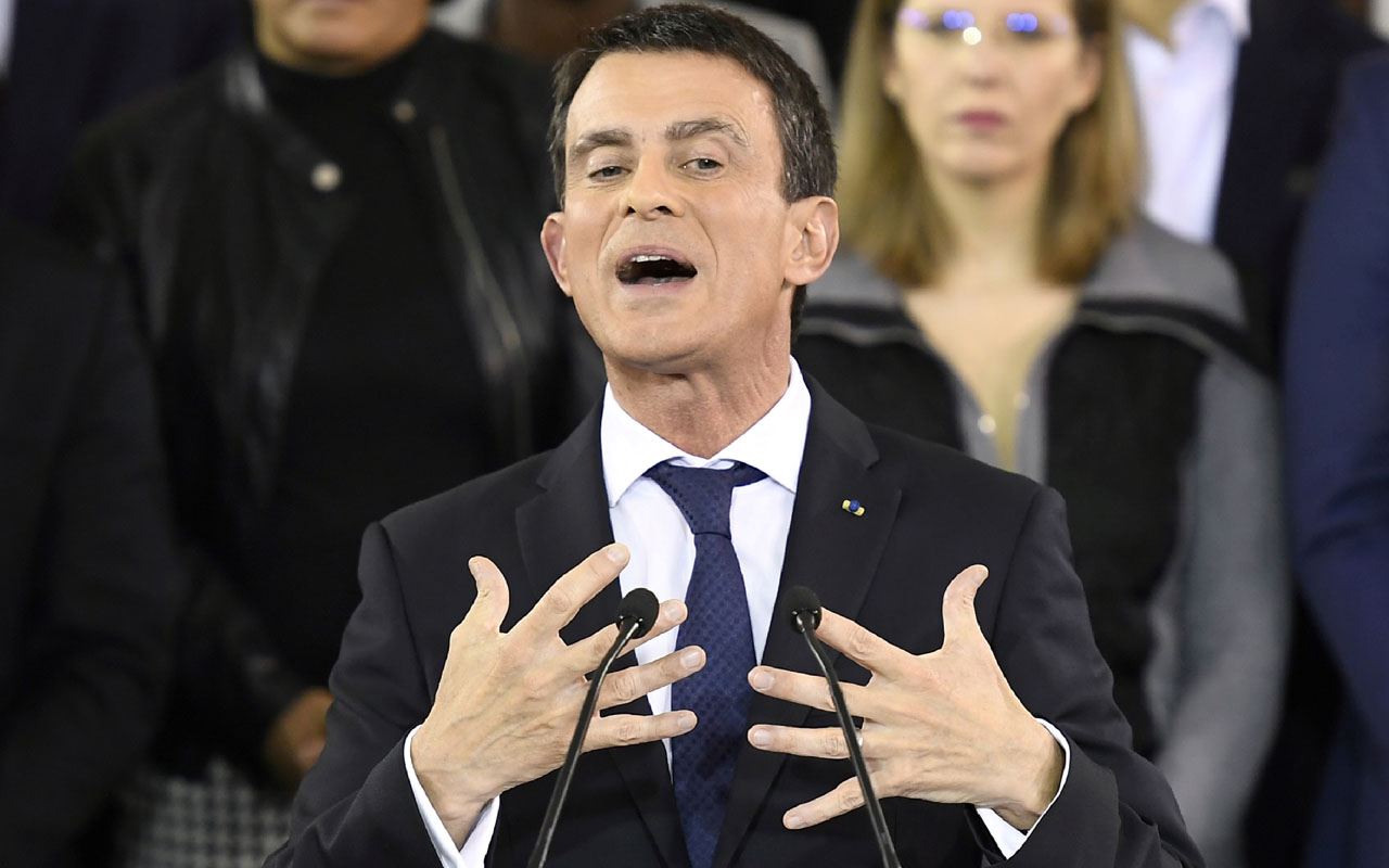 "French Prime Minister Manuel Valls delivers a speech to announce his bid to become the Socialist presidential candidate in the 2017 presidential elections, at the town hall of Evry, south of Paris, on December 5, 2016. ""I am a candidate for the presidency of the Republic,"" he said, announcing he would step down as prime minister on December 6, 2016 to contest the Socialist nomination in a January primary. / AFP PHOTO / Lionel BONAVENTURE"