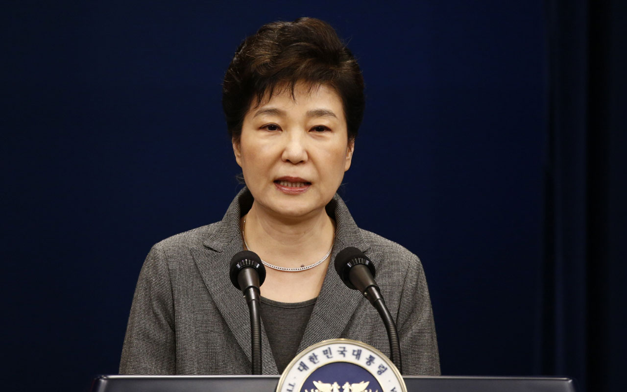 South Korean President Park Geun-Hye speaks during an address to the nation, at the presidential Blue House in Seoul on November 29, 2016. South Korea's scandal-hit President Park Geun-Hye said Tuesday she was willing to stand down early and would let parliament decide on her fate. / AFP PHOTO / AFP PHOTO AND POOL / JEON HEON-KYUN