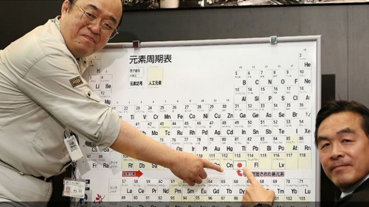 Kosuke Morita (L), who led the team at Riken institute that discovered the superheavy synthetic element, and Hiroshi Hase (R), Minister of Education, Culture, Sports, Science and Technology, pose with a board displaying the new element 113. (Photo: AFP/Jiji Press)
