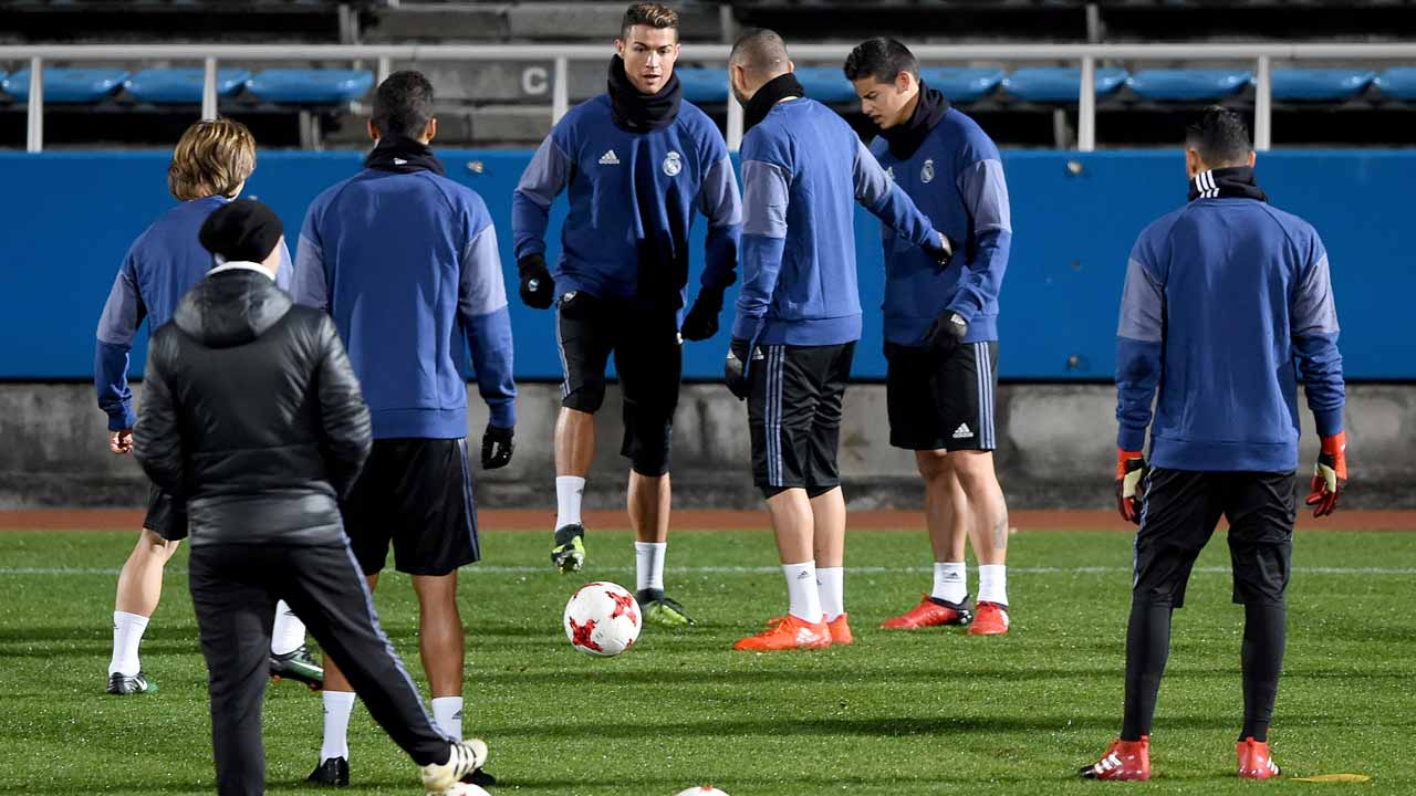 Real Madrid's forward Cristiano Ronaldo (C) and other players take part in a training session in Yokohama on December 17, 2016. Real Madrid of Spain will play Kashima Antlers of Japan in the Club World Cup final football match at Yokohama International stadium in Yokohama on December 18. TORU YAMANAKA / AFP