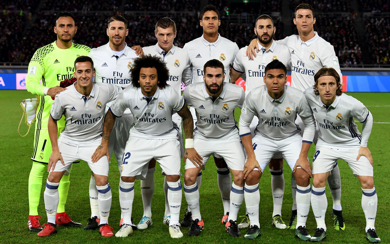Real Madrid players pose for a team photo before the Club World Cup football final match between Kashima Antlers of Japan and Real Madrid of Spain at Yokohama International stadium in Yokohama on December 18, 2016. / AFP PHOTO / TOSHIFUMI KITAMURA