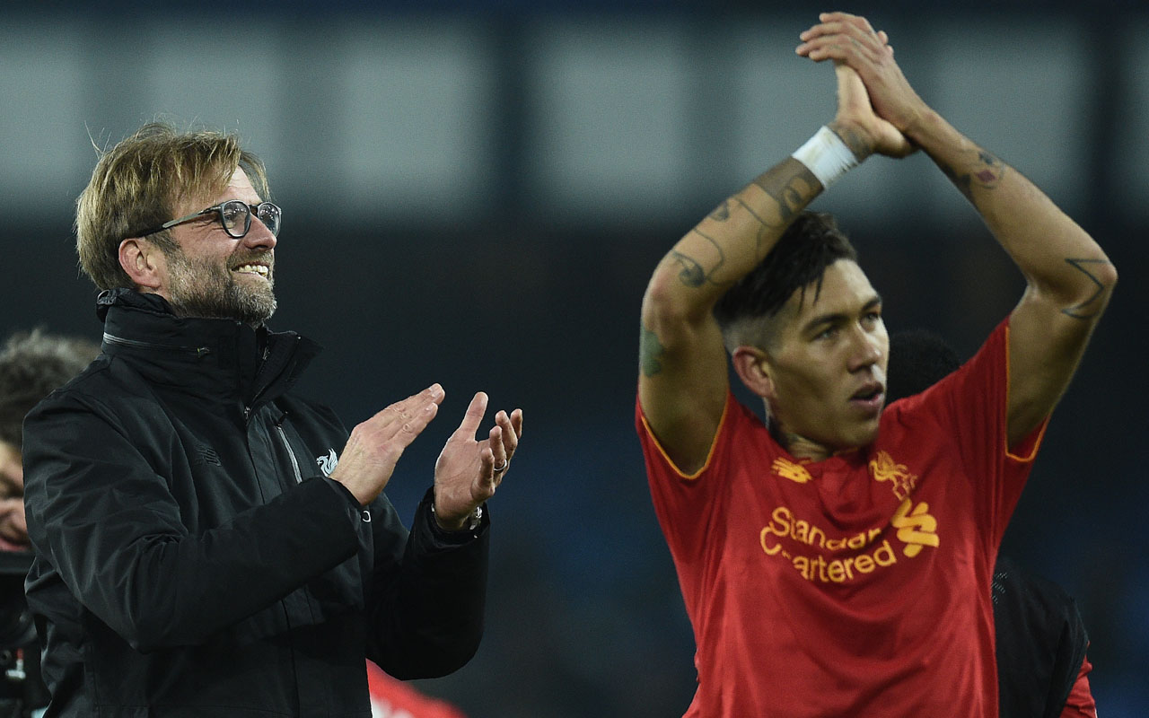 Liverpool's German manager Jurgen Klopp (L) and Liverpool's Brazilian midfielder Roberto Firmino applaud the fans following the English Premier League football match between Everton and Liverpool at Goodison Park in Liverpool, north west England on December 19, 2016. Liverpool won the match 1-0. / AFP PHOTO / Oli SCARFF /