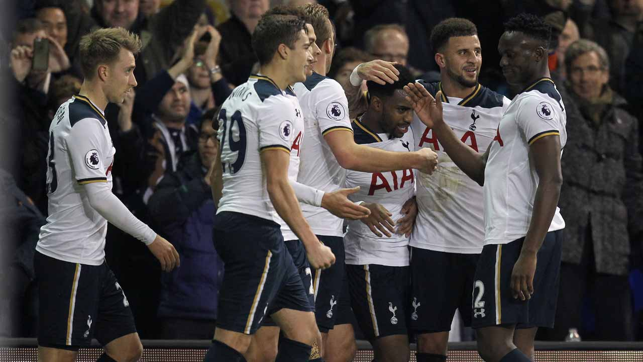 Tottenham Hotspur's English defender Danny Rose (3R) is congratulated by teammates after scoring his team's second goal during the English Premier League football match between Tottenham Hotspur and Burnley at White Hart Lane in London, on December 18, 2016. Ian KINGTON / AFP