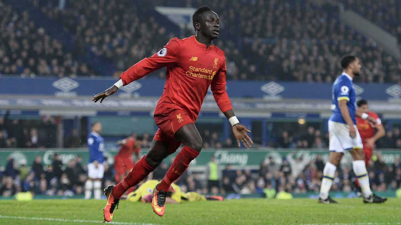 Liverpool's Senegalese midfielder Sadio Mane celebrates scoring his team's first goal during the English Premier League football match between Everton and Liverpool at Goodison Park in Liverpool, north west England on December 19, 2016. Oli SCARFF / AFP