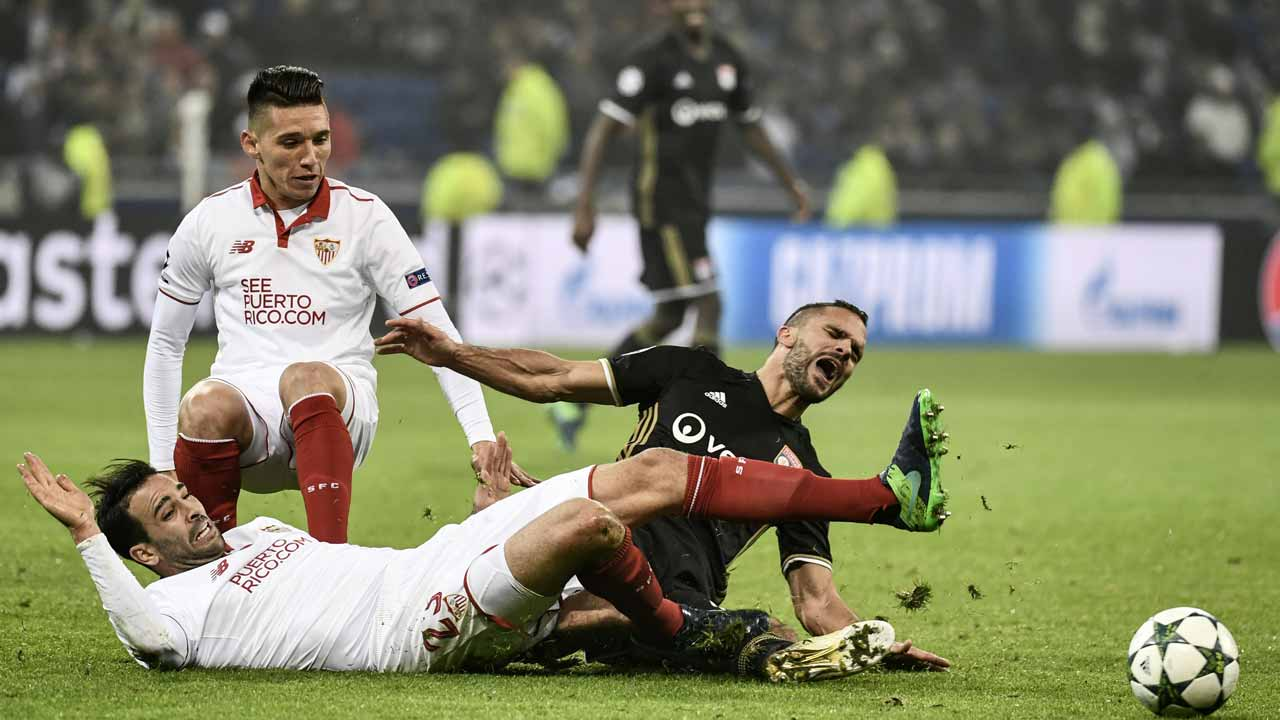 Sevilla's French defender Adil Rami (L) and Sevilla's Argentinian midfielder Matias Kranevitter (C) vies with Lyon's French defender Jeremy Morel (R) during the UEFA Champions League Group H football match between Olympique Lyonnais (OL) and FC Sevilla at the Parc Olympique Lyonnais in Décines-Charpieu near Lyon, southeastern France, on December 7, 2016.  JEFF PACHOUD / AFP
