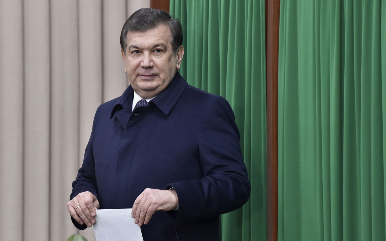 Uzbek acting President Shavkat Mirziyoyev leaves a voting booth to cast his ballot for the presidential election in Tashkent on December 4, 2016. Mirziyoyev, who spent 13 years as Karimov's prime minister, is expected to easily win a five-year term. Uzbekistan went to the polls on December 4 to elect a successor to the late strongman Islam Karimov with long-serving prime minister Shavkat Mirziyoyev expected to score a comfortable victory in the ex-Soviet state. / AFP PHOTO / POOL / Anvar Ilyasov