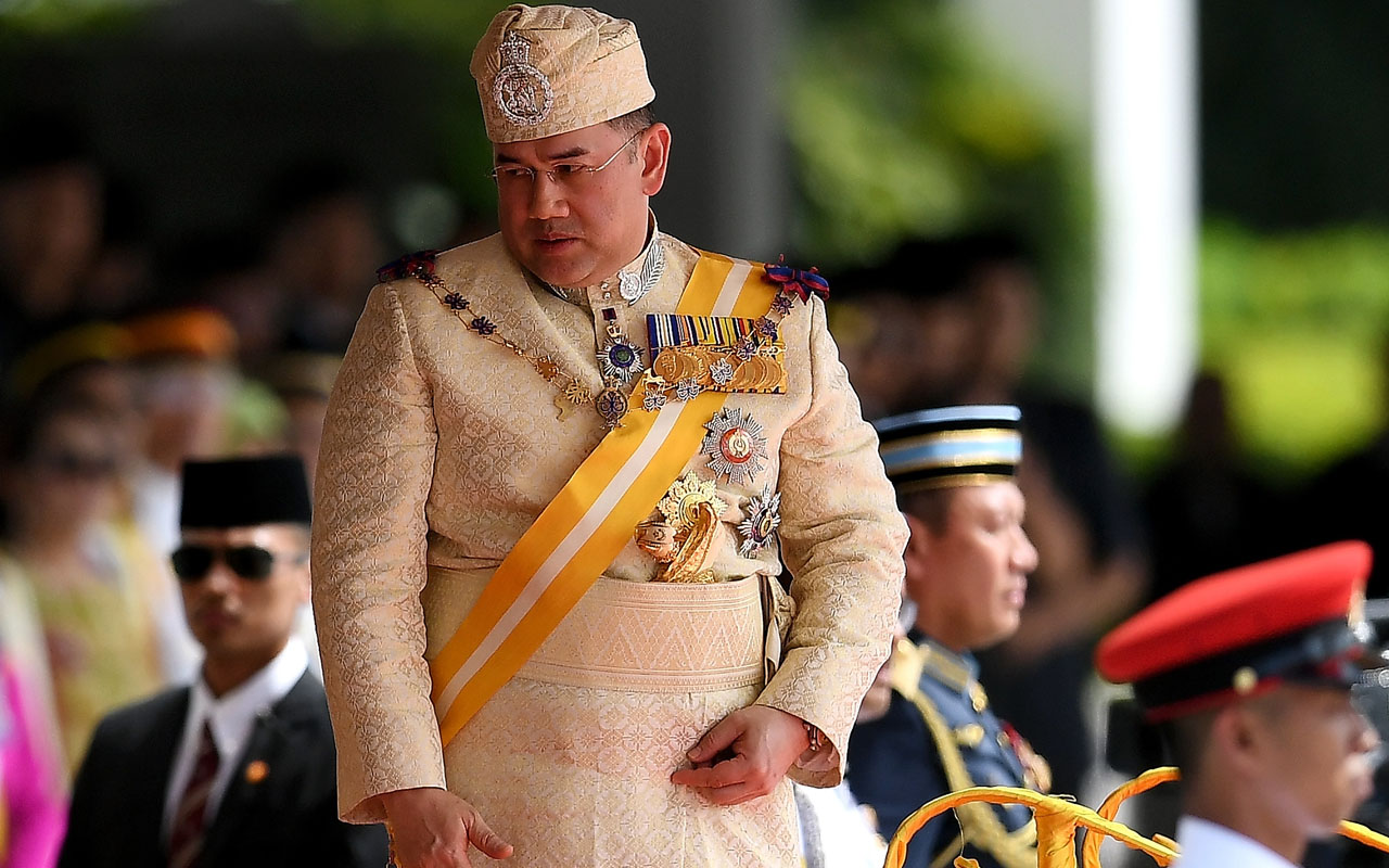 Sultan Muhammad V, the incoming 15th king of Malaysia, attends the king's welcoming ceremony at Parliament House in Kuala Lumpur on December 13, 2016. Malaysia's unique revolving monarchy was passed on December 13 to the sultan of Kelantan state in a ceremony which comes just once every five years. / AFP PHOTO / MANAN VATSYAYANA