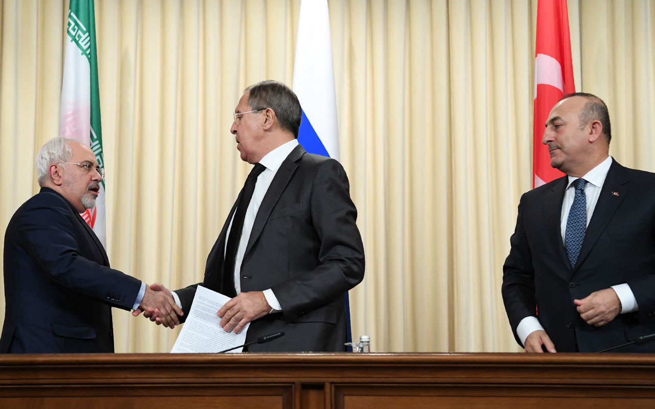 Russian Foreign Minister Sergei Lavrov (C) shakes hands with his Iran's counterpart Mohammad Javad Zarif (L) as Turkish Foreign Minister Mevlut Cavusoglu (R) looks on after a news conference in Moscow on December 20, 2016. Russia, Iran and Turkey agreed to guarantee Syria peace talks and backed expanding a ceasefire in the war-torn country, Russian foreign minister said after talks with counterparts. / AFP PHOTO / Natalia KOLESNIKOVA