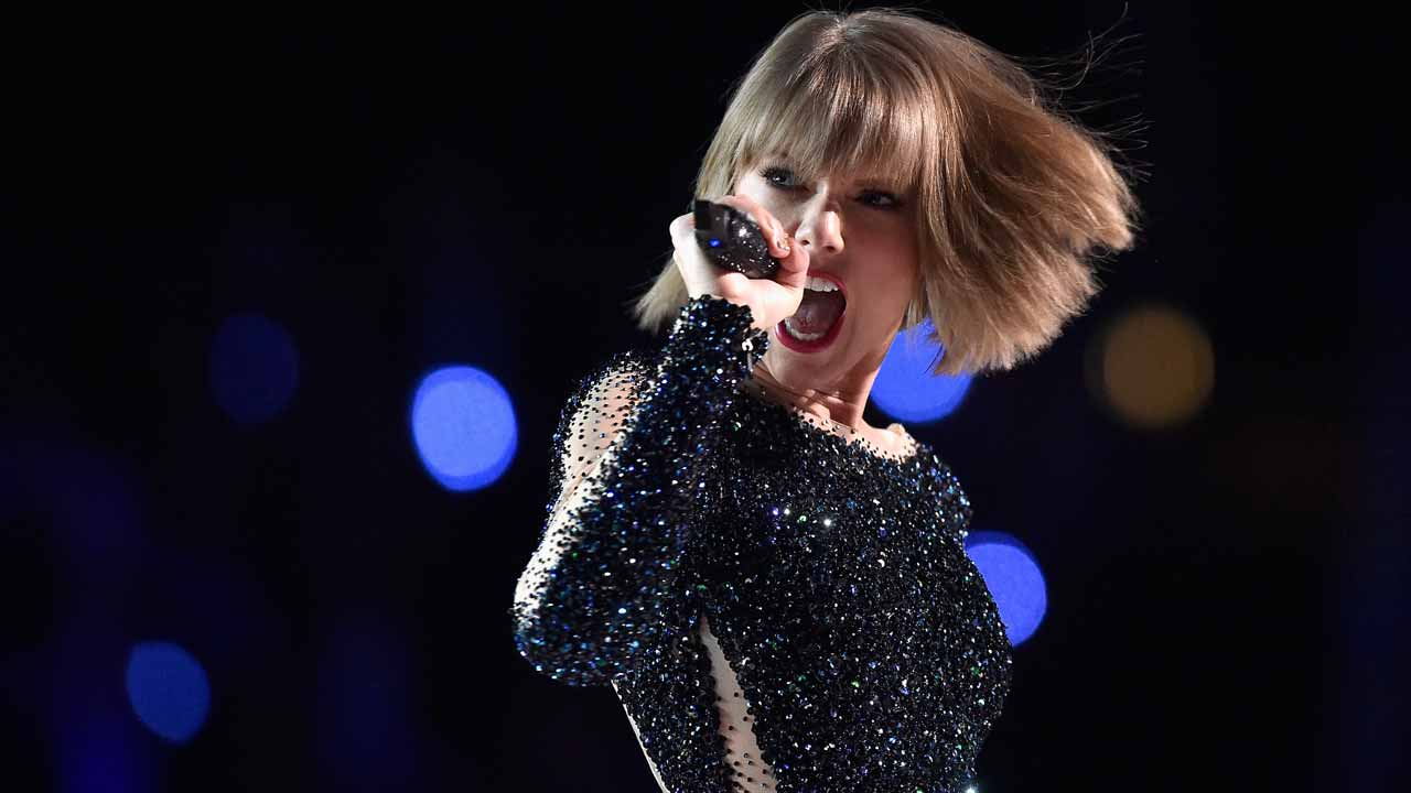 "(FILES) This file photo taken on February 14, 2016 shows singer Taylor Swift onstage during The 58th GRAMMY Awards at Staples Center on February 15, 2016 in Los Angeles, California. Pop superstar Taylor Swift surprised fans on December 9, 2016 by releasing her first new music in two years -- an R&B-tinged duet with former One Direction member Zayn Malik. The track, ""I Don't Wanna Live Forever,"" will be the theme song for ""Fifty Shades Darker,"" the sequel to ""Fifty Shades of Grey"" that will hit theaters in February. KEVORK DJANSEZIAN / GETTY IMAGES NORTH AMERICA / AFP"