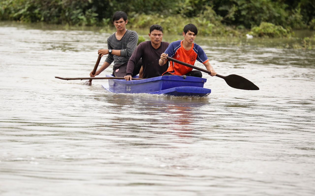 Rescue workers search for two missing boys who went missing during a flash flood in the southern Thai province of Pattani, on December 6, 2016. Days of torrential rain and flooding have killed at least 14 people in southern Thailand, with authorities declaring much of the region a disaster zone, the government said on December 6. / AFP PHOTO / TUWAEDANIYA MERINGING