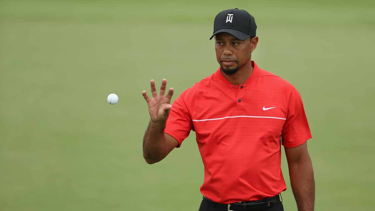 NASSAU, BAHAMAS - DECEMBER 04: Tiger Woods of the United States catches a golf ball on the first green during the final round of the Hero World Challenge at Albany, The Bahamas on December 4, 2016 in Nassau, Bahamas. Christian Petersen/Getty Images/AFP  Christian Petersen / GETTY IMAGES NORTH AMERICA / AFP