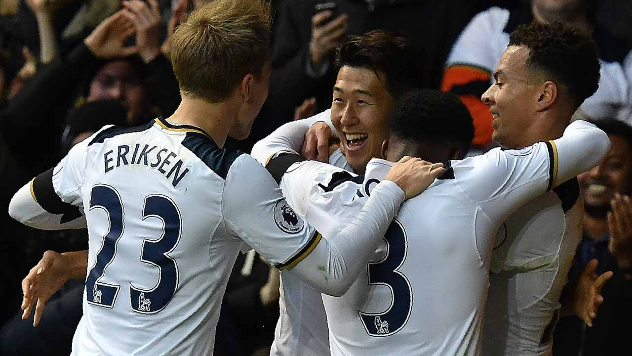 Tottenham Hotspur's South Korean striker Son Heung-Min (C) celebrates scoring his team's second goal with Tottenham Hotspur's Argentinian midfielder Tottenham Hotspur's Danish midfielder Christian Eriksen (L) Tottenham Hotspur's English defender Danny Rose and Tottenham Hotspur's English midfielder Dele Alli during the English Premier League football match between Tottenham Hotspur and Swansea City at White Hart Lane in London, on December 3, 2016. Ben STANSALL / AFP