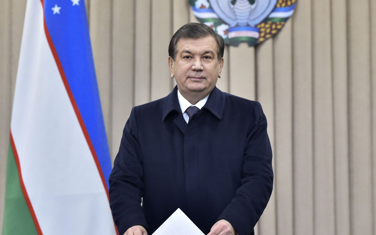 Uzbek acting President Shavkat Mirziyoyev casts his ballot for the presidential election in Tashkent on December 4, 2016. Mirziyoyev, who spent 13 years as Karimov's prime minister, is expected to easily win a five-year term. Uzbekistan went to the polls on December 4 to elect a successor to the late strongman Islam Karimov with long-serving prime minister Shavkat Mirziyoyev expected to score a comfortable victory in the ex-Soviet state. / AFP PHOTO / POOL / Anvar Ilyasov