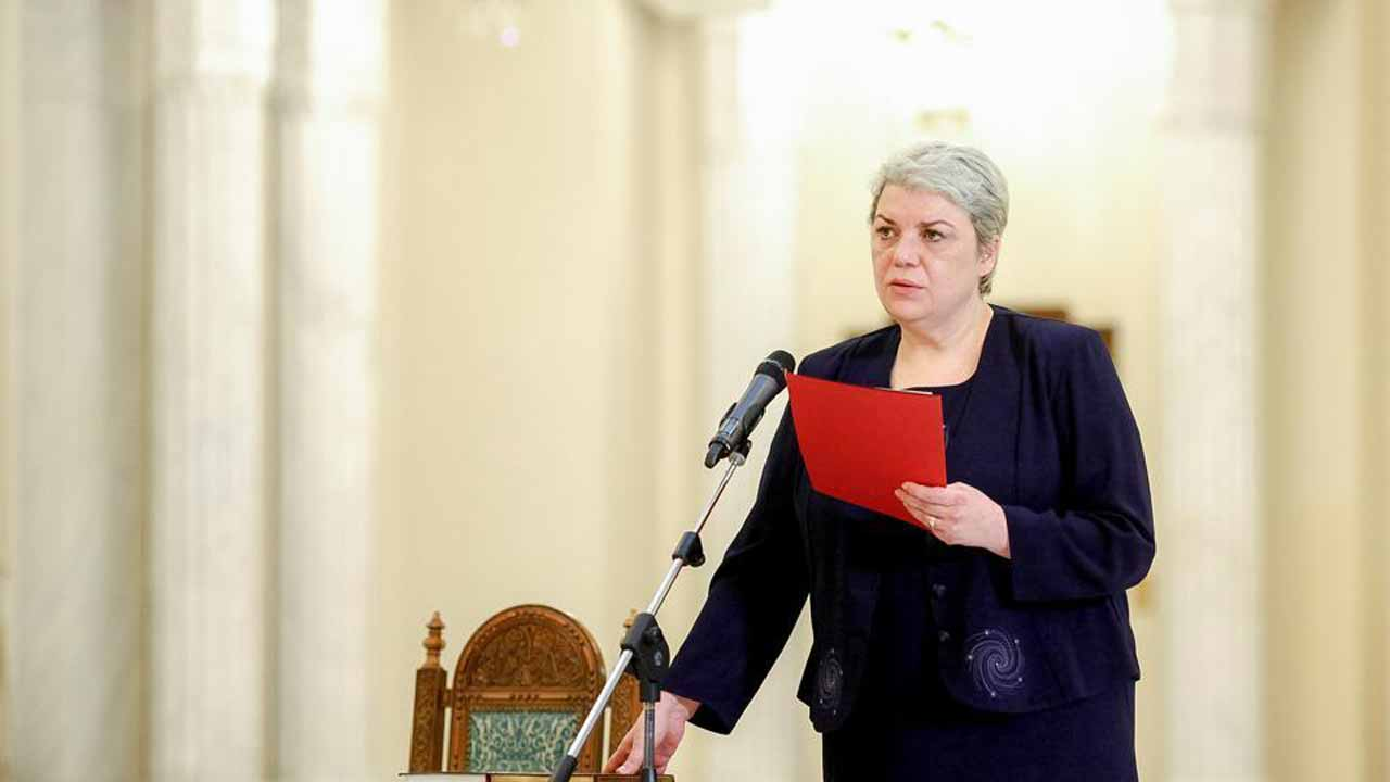 Sevil Shhaideh is sworn in for the position of minister for regional administration and public administration, in Bucharest, Romania. (Reuters File Photo)