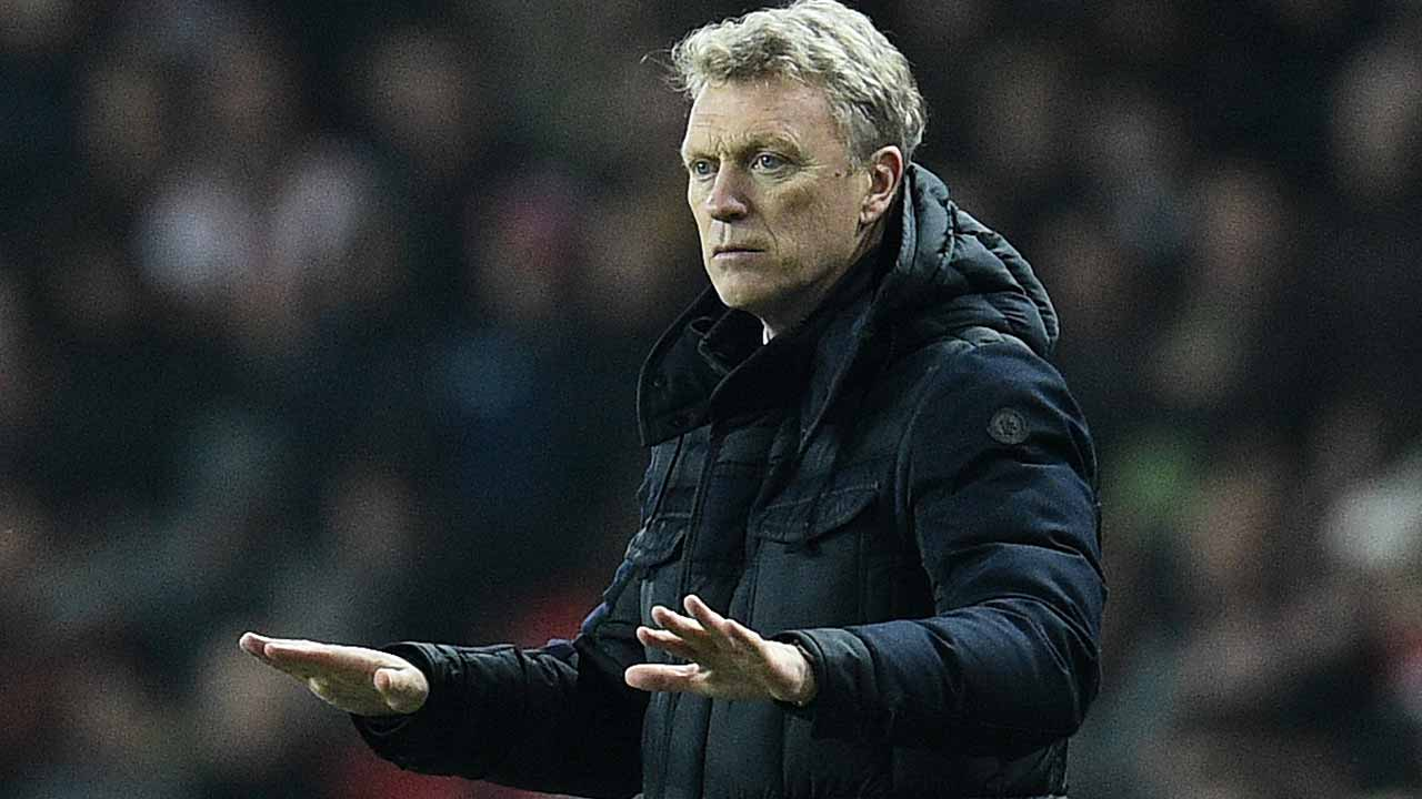 Sunderland's Scottish manager David Moyes shouts instructions to his players from the touchline during the English Premier League football match between Sunderland and Chelsea at the Stadium of Light in Sunderland, north-east England on December 14, 2016. Oli SCARFF / AFP
