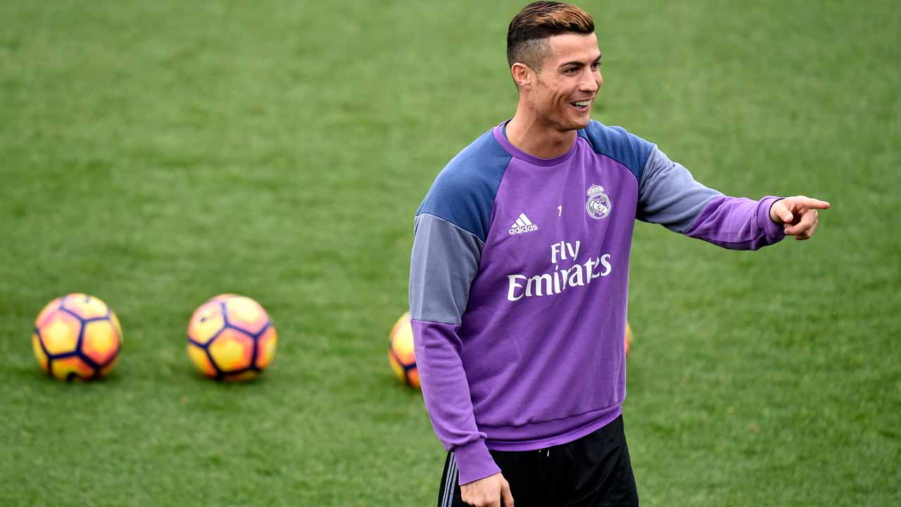 Real Madrid's Portuguese forward Cristiano Ronaldo gestures during a training session at Valdebebas training ground in Madrid on December 9, 2016, on the eve of the Spanish League match Real Madrid CF vs RC Deportivo de La Coruna. GERARD JULIEN / AFP