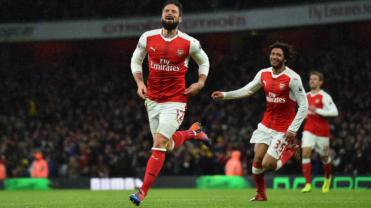 Arsenal's French striker Olivier Giroud celebrates scoring his team's first goal during the English Premier League football match between Arsenal and Crystal Palace at the Emirates Stadium in London on January 1, 2017. PHOTO: Glyn KIRK / AFP