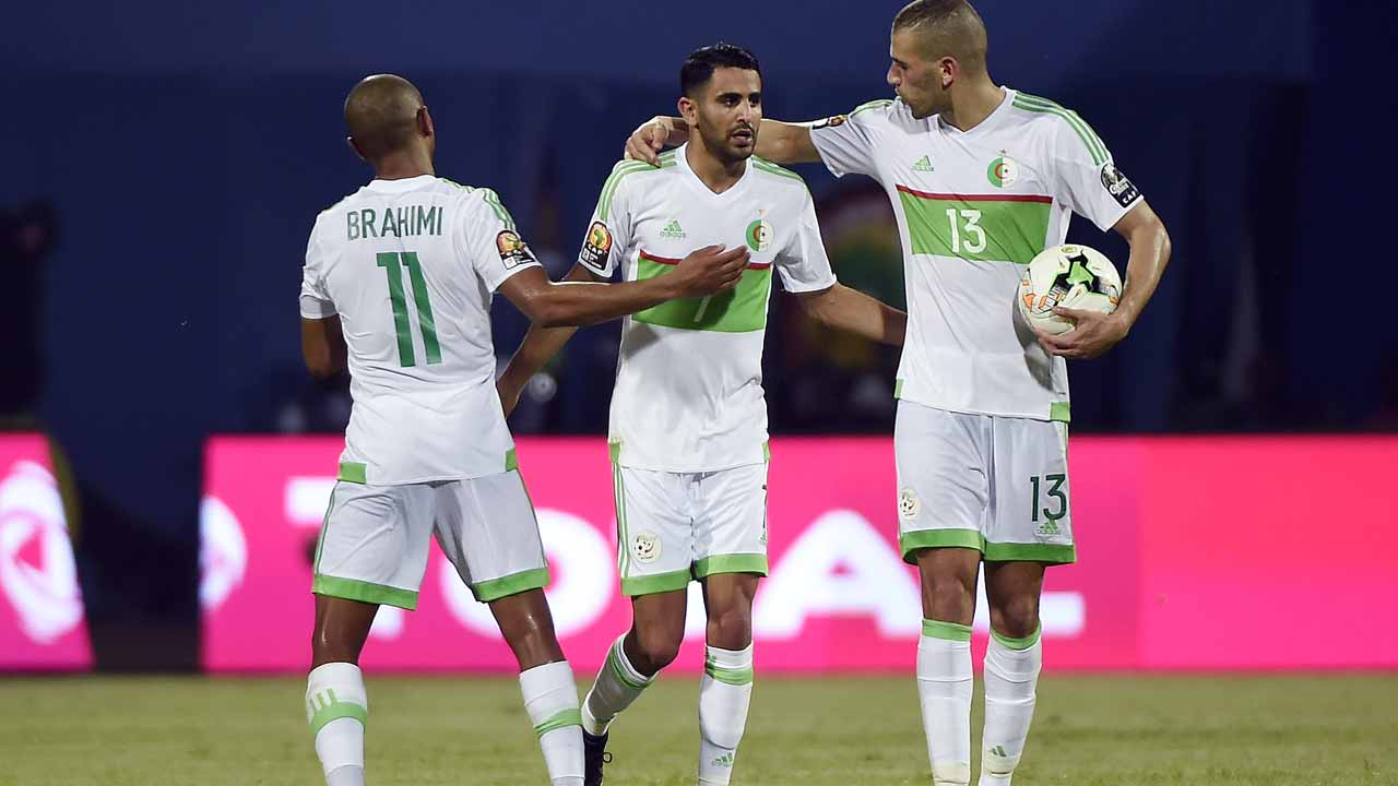 Algeria's forward Riyad Mahrez (C) celebrates with Algeria's midfielder Yacine Brahimi (R) and Algeria's forward Islam Slimani after scoring a second goal during the 2017 Africa Cup of Nations group B football match between Algeria and Zimbabwe in Franceville on January 15, 2017.  KHALED DESOUKI / AFP