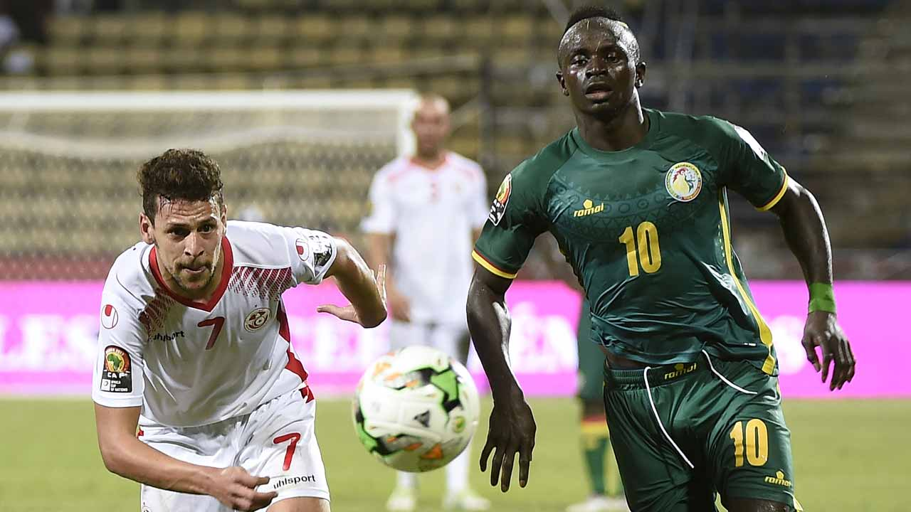 Tunisia's midfielder Youssef Msakni (L) challenges Senegal's forward Sadio Mane during the 2017 Africa Cup of Nations group B football match between Tunisia and Senegal in Franceville on January 15, 2017.  KHALED DESOUKI / AFP