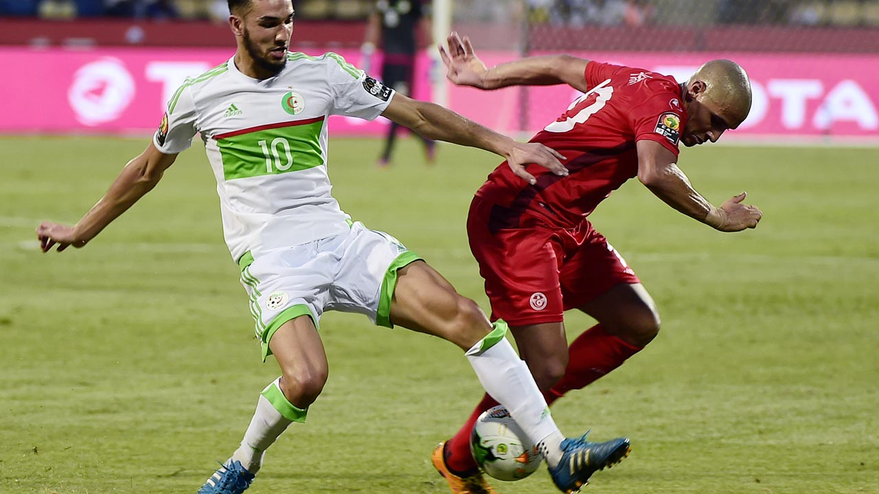 Tunisia's midfielder Wahbi Khazri (R) challenges Algeria's midfielder Nabil Bentaleb during the 2017 Africa Cup of Nations group B football match between Algeria and Tunisia in Franceville on January 19, 2017. KHALED DESOUKI / AFP