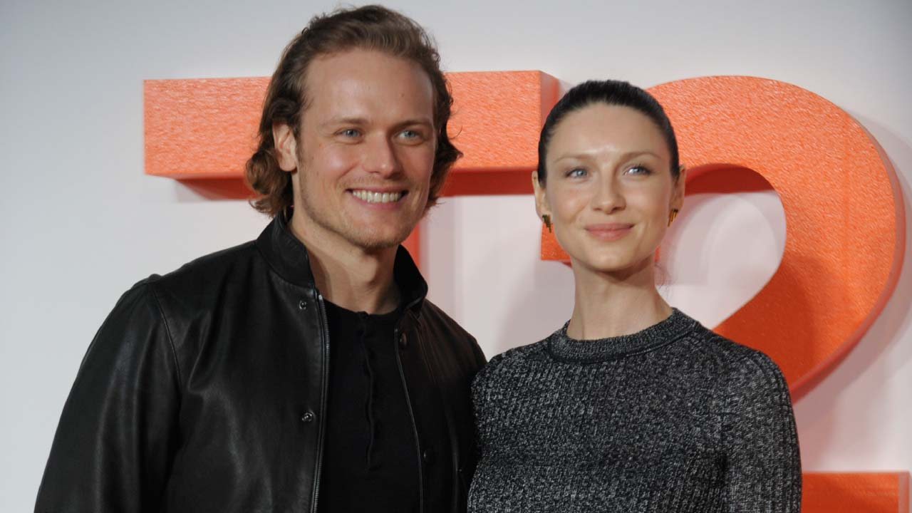 Irish actress and model Caitriona Balfe (R) poses with British actor Sam Heughan (L) on the red carpet arriving to attend the world premiere of the film T2 Trainspotting in Edinburgh on January 22, 2017. Andy Buchanan / AFP