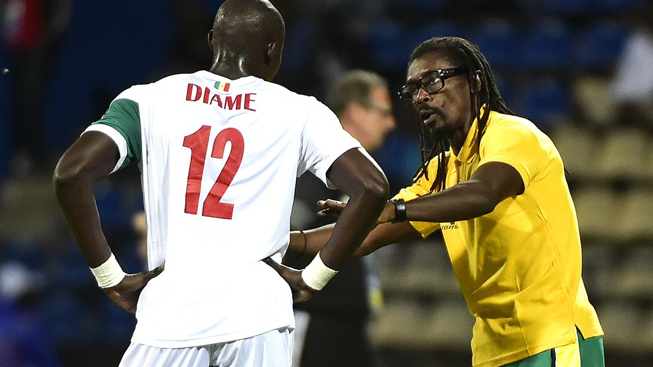 Senegal's coach Aliou Cisse (R) speaks to Senegal's midfielder Mohamed Diame during the 2017 Africa Cup of Nations group B football match between Senegal and Algeria in Franceville on January 23, 2017. PHOTO: KHALED DESOUKI / AFP
