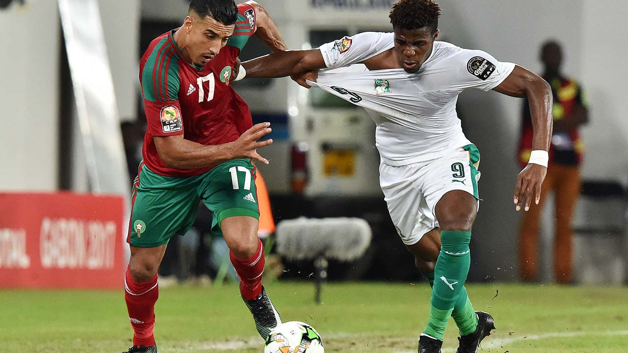 Ivory Coast's forward Wilfred Zaha (R) challenges Morocco's midfielder Nabil Dirar during the 2017 Africa Cup of Nations group C football match between Morocco and Ivory Coast in Oyem on January 24, 2017. ISSOUF SANOGO / AFP