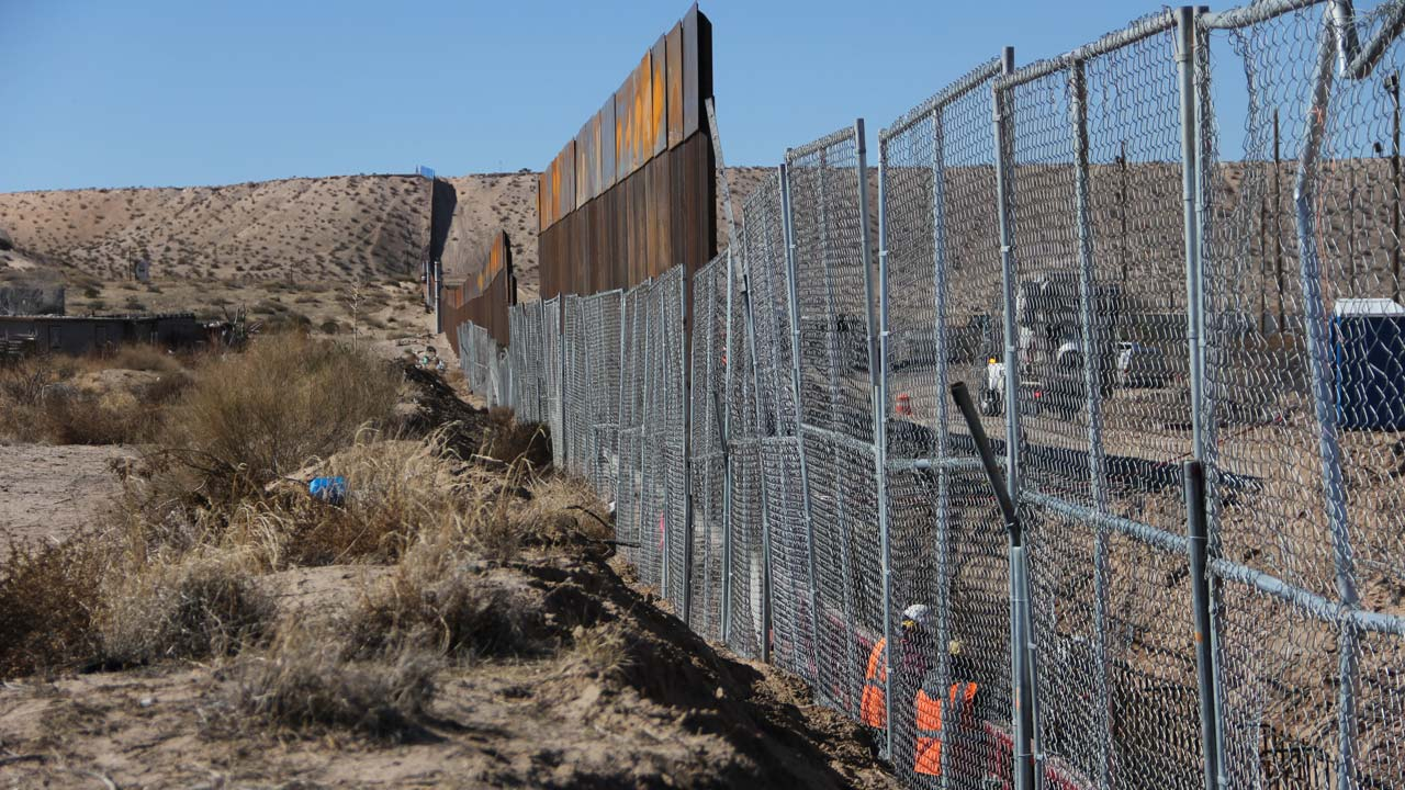 Migrants leave US-Mexican border camps