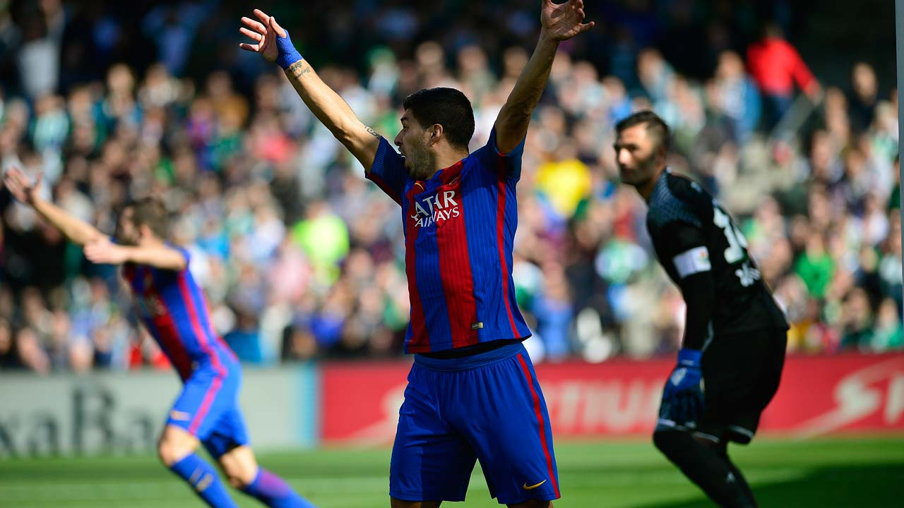 Barcelona's Uruguayan forward Luis Suarez (C) gestures during the Spanish league football match Real Betis vs FC Barcelona at the Benito Villamarin stadium in Sevilla on January 29, 2017.The match ended in a draw 1-1  CRISTINA QUICLER / AFP